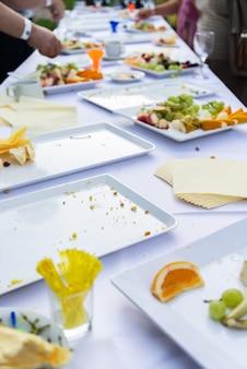 여름 야외 파티에서 긴 테이블에 빈 요리