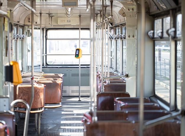 Пустой продезинфицированный общественный транспорт во время пандемии коронавируса