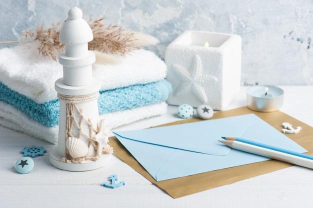 수건 및 조명 된 촛불 장식으로 빈 봉투