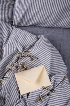 ベッドの上の空の封筒