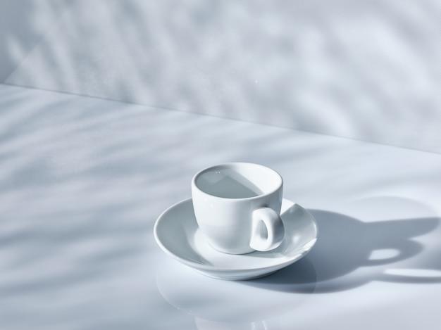 테이블에 빈 에스프레소 컵