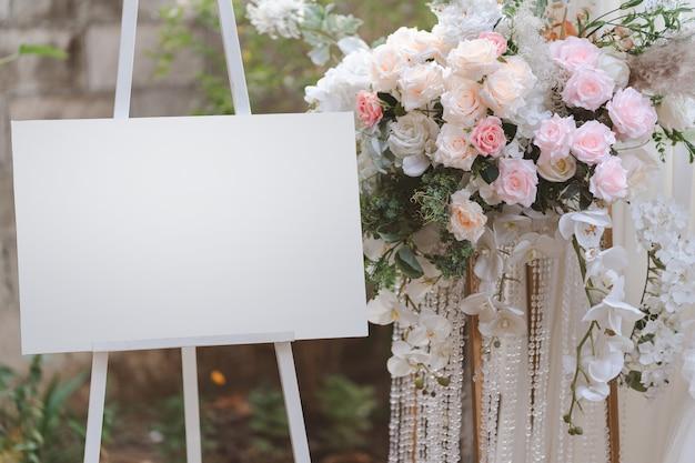 結婚式のアーチのスタンドにある空のフィギュアディスプレイボード