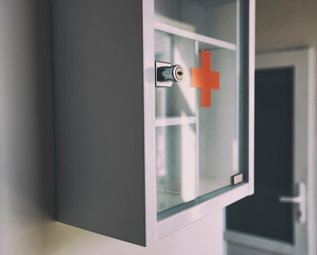 Пустая аптечка, висящая на стене, готовая к заполнению лекарствами
