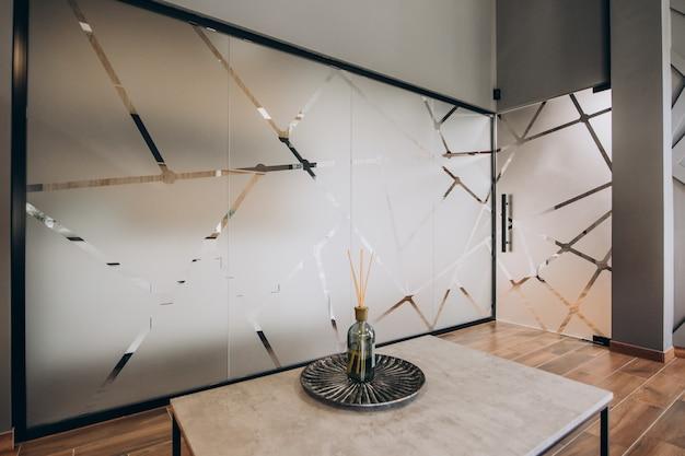 Пустой плоский интерьер с элементами декора