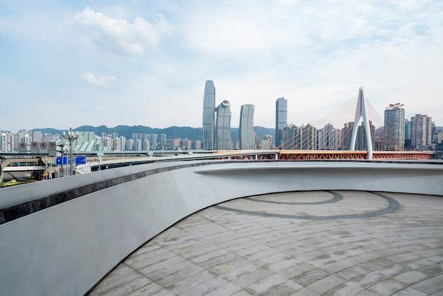 中国、重慶の空の床と近代的な都市の建物
