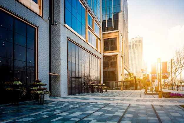 현대 건물의 빈 바닥 앞