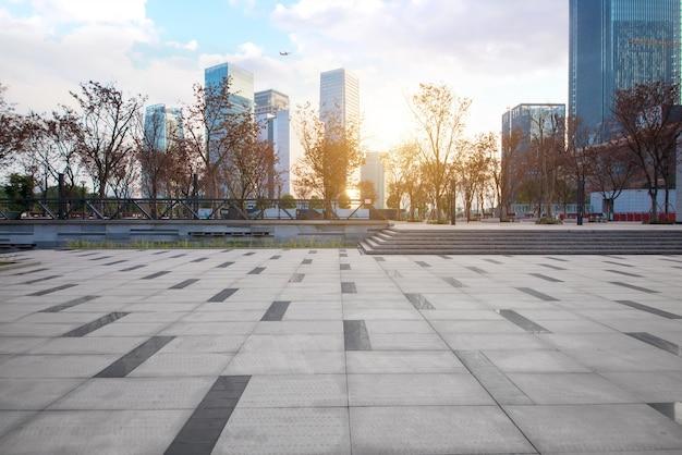Пустой пол с современным горизонтом и зданиями