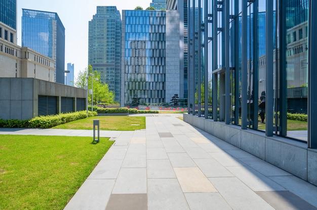 Пустые этажи и офисные здания в финансовом центре, чунцин, китай