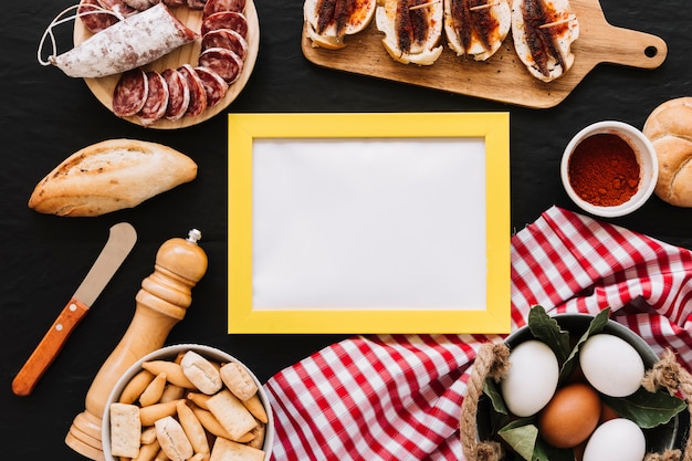 食べ物の中の空のフレーム