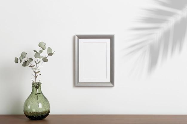 빈 프레임 배경입니다. 흰색 깨끗한 벽에 밝은 스칸디나비아 미니멀리즘 인테리어로 사진이나 그림을 위한 빈 장식 프레임.