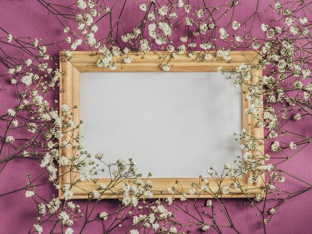 Пустой кадр макет. белые цветы.