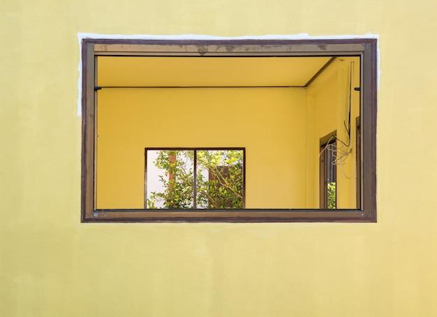 Пустая рама окна для установки стекла.
