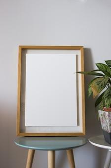 Пустая рамка с декоративными растениями