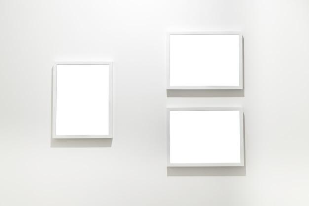 Пустые рамки на стене в выставке галереи музея современного искусства.