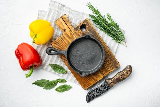 빈 프라이팬 주철 팬, 주방 요리 개념 설정, 흰 돌 표면에