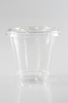 白い背景で空の完全なガラス