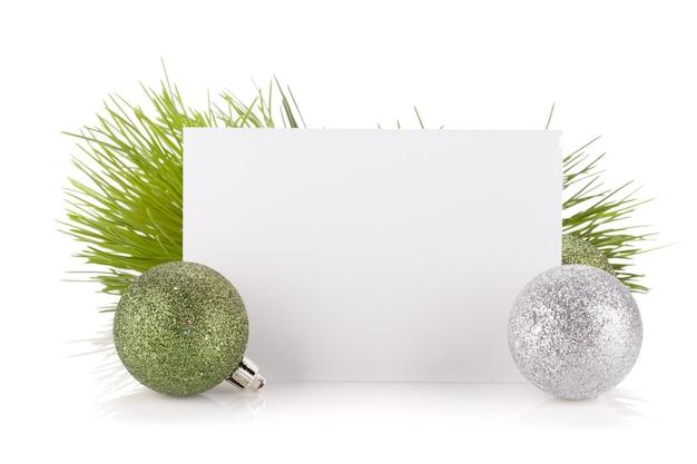 빈 선물 카드와 크리스마스 장식입니다. 흰색 배경에 고립