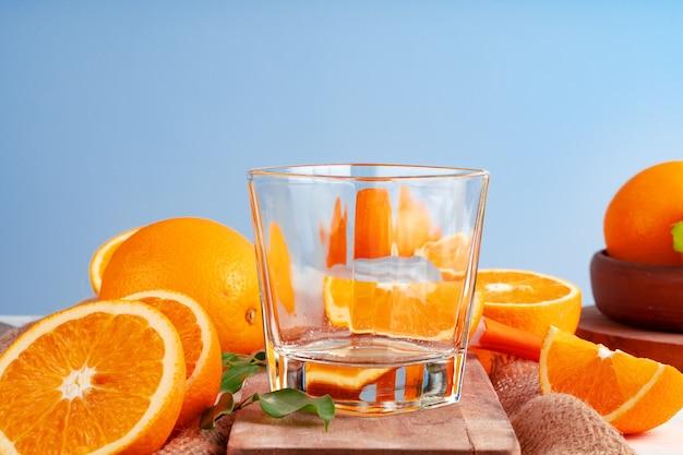 빈 잔과 식탁에 잘라 오렌지