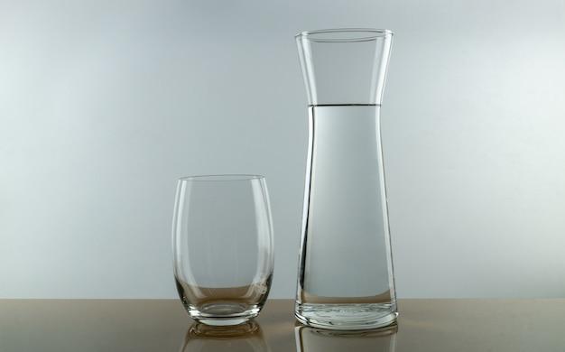 空のグラスと水のピッチャー