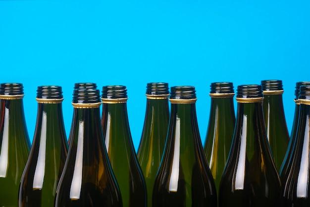 Пустые стеклянные пивные бутылки