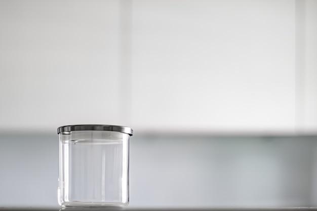 Пустая стеклянная банка для хранения продуктовой кладовой