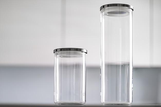 Пустые стеклянные банки для хранения продуктовой кладовой