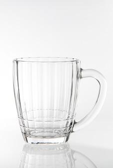白い背景で隔離の生ビールの空のグラス