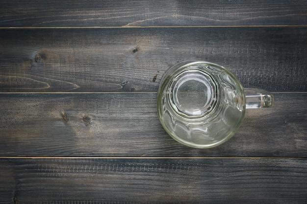 木製の背景の上面図に空のガラス