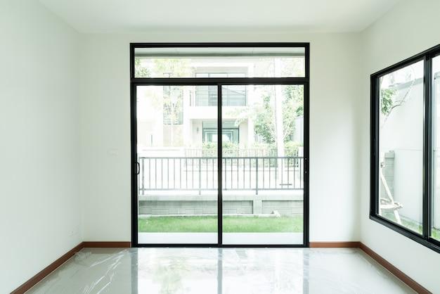 Пустое стеклянное окно и дверь в доме