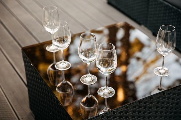 ミラーテーブルのパーティーで空のグラス