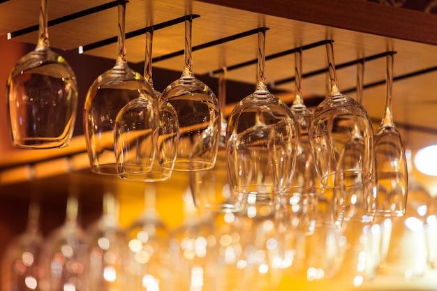 レストランのバーラックの上のワインの空のグラス