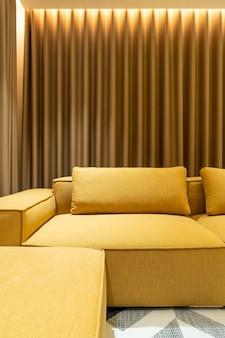 거실에 빈 황금 겨자 소파