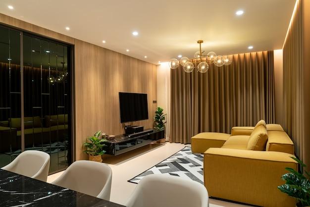 リビングルームの空のゴールデンマスタードソファ
