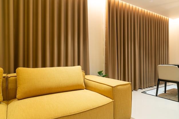 Пустой золотой горчичный диван в гостиной