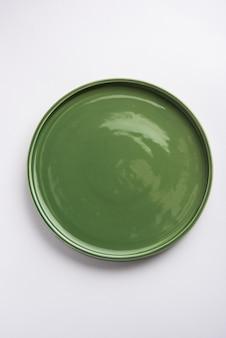Пустая зеленая керамическая прямоугольная тарелка, изолированные на белом фоне