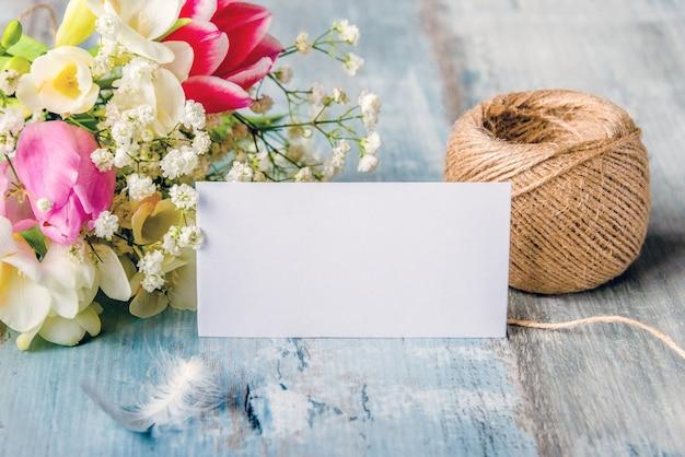 Пустая открытка. весенние цветы и перо