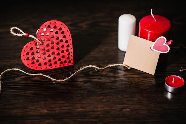 그래픽 디자인을위한 붉은 마음으로 빈 인사말 카드. 발렌타인 데이. 텍스트를위한 공간. 빈 종이 시트에 낭만적 인 편지를 쓰고, 텍스트 메시지에주의하십시오. 촛불 사랑 개념입니다.