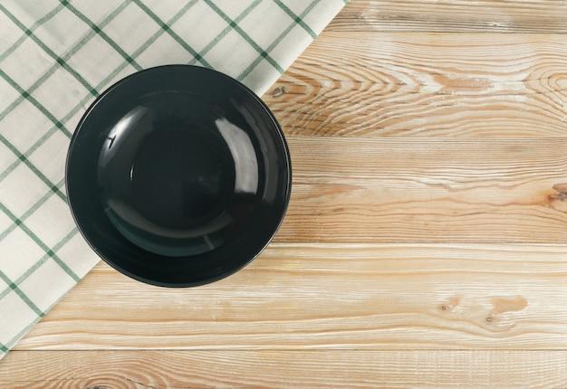木製のテーブルトップビューの空の灰色のプレート