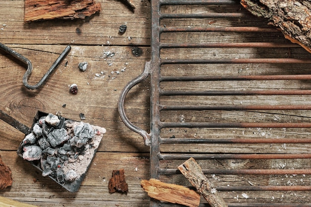 素朴なスタイルのヴィンテージの木製のテーブルに空のグリルすりおろし。