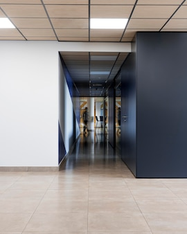 Пустой коридор в офисном здании