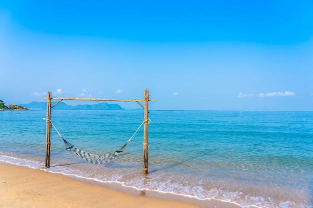 아름다운 해변과 바다에 빈 해먹 스윙