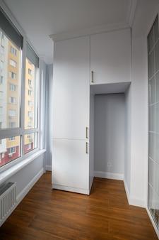 Пустая отапливаемая гостиная в пентхаусе с окнами от пола до потолка