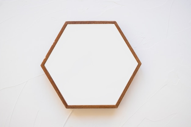 Una cornice esagonale vuota su sfondo bianco