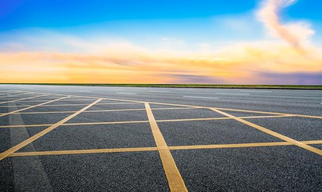 Пустая асфальтовая дорога шоссе и красивый пейзаж неба