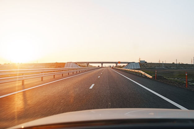 夜明けに空の高速道路、車の中でドライバーの視点からの眺め