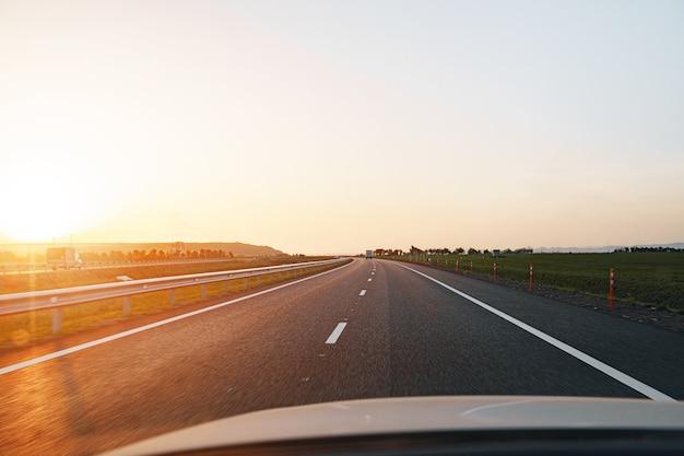 夜明けの空の高速道路、ドライバーの視点からの眺め