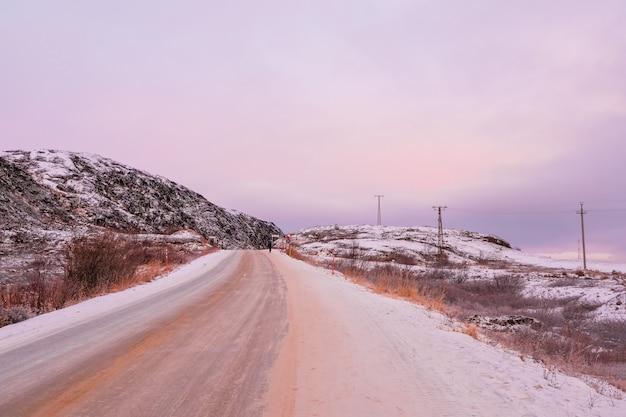 北極の丘の間の空の高速道路テリベルカ、ロシア