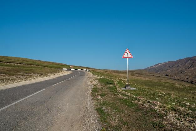 高原を通る空の高速道路。道路上の標識。