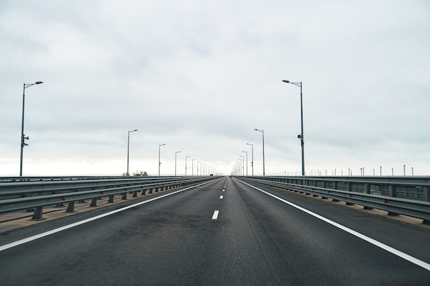 アスファルト道路と曇り空の空の高速道路