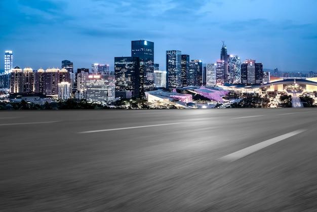 中国の街並みと空の高速道路